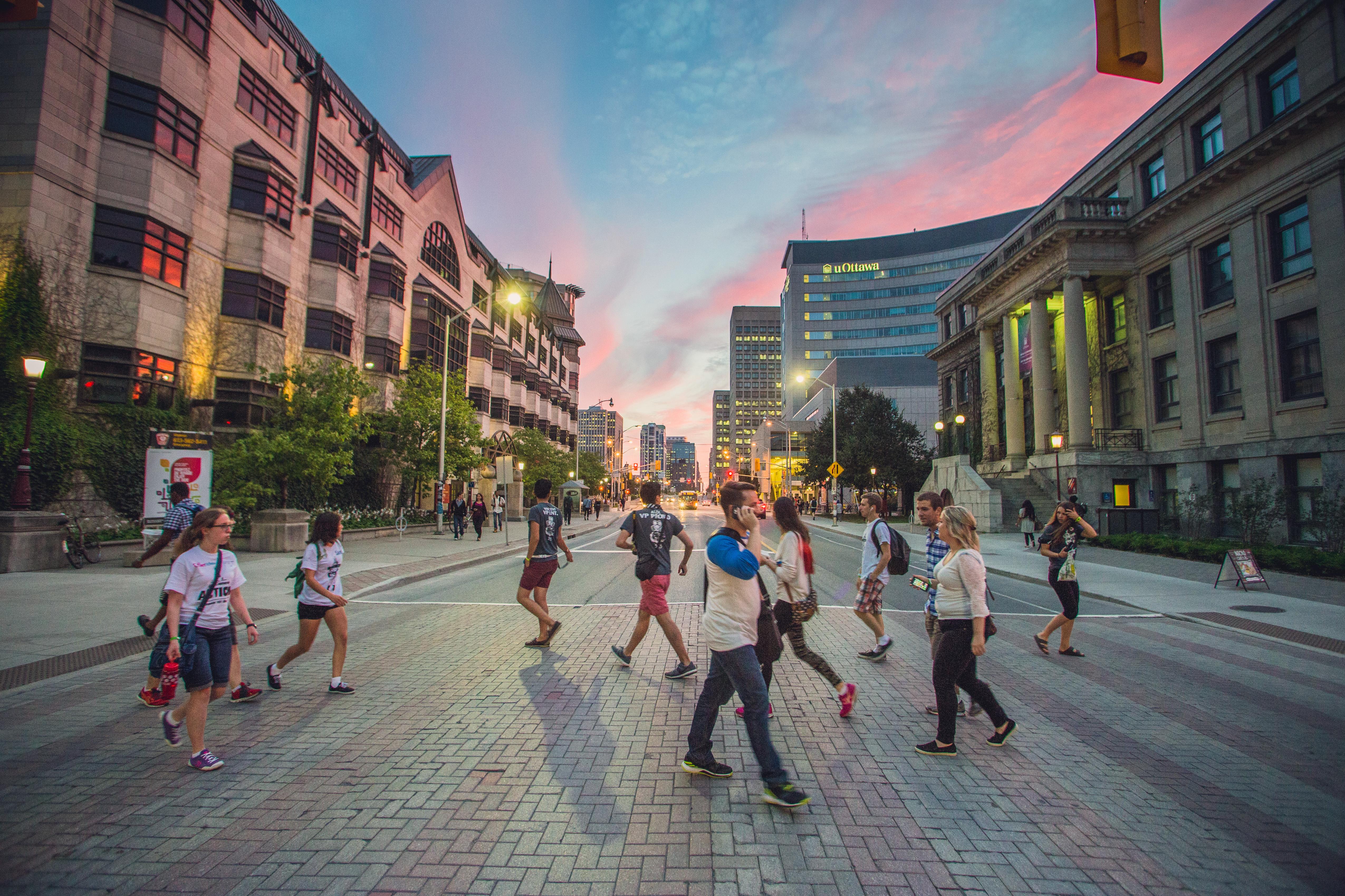 Des étudiants traversent la rue Laurier - Students crossing Laurier Street
