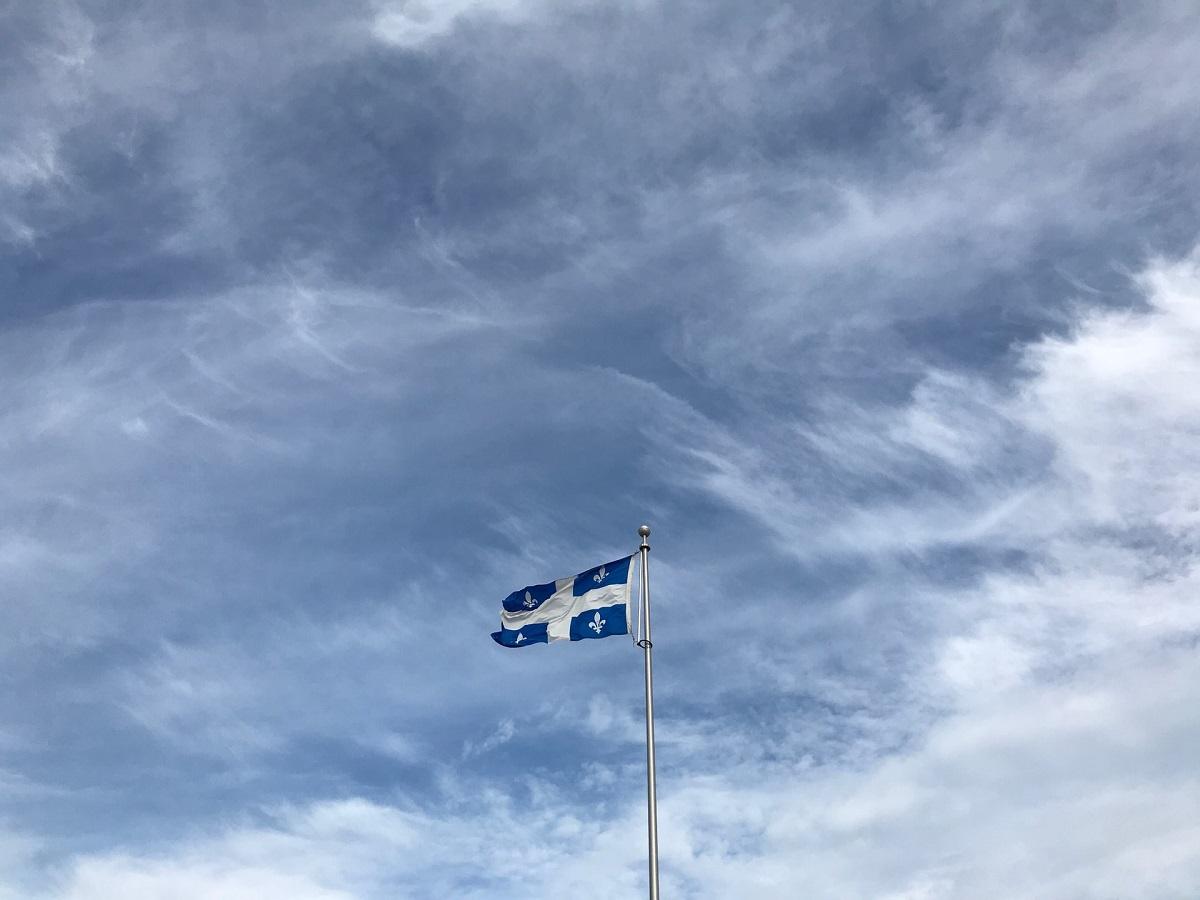 Drapeau du Québec sur fond de ciel