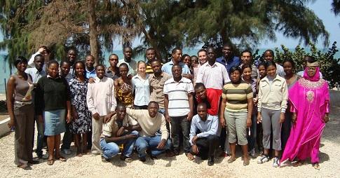 Yves Bourgault avec une trentaine d'étudiants dans une photo de classe prise sur une plage.
