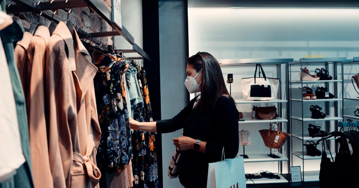 Femme qui porte un masque en magasinant