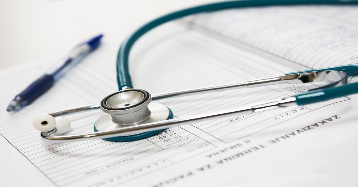 Stétoscope d'un médecin déposé sur un dossier médical