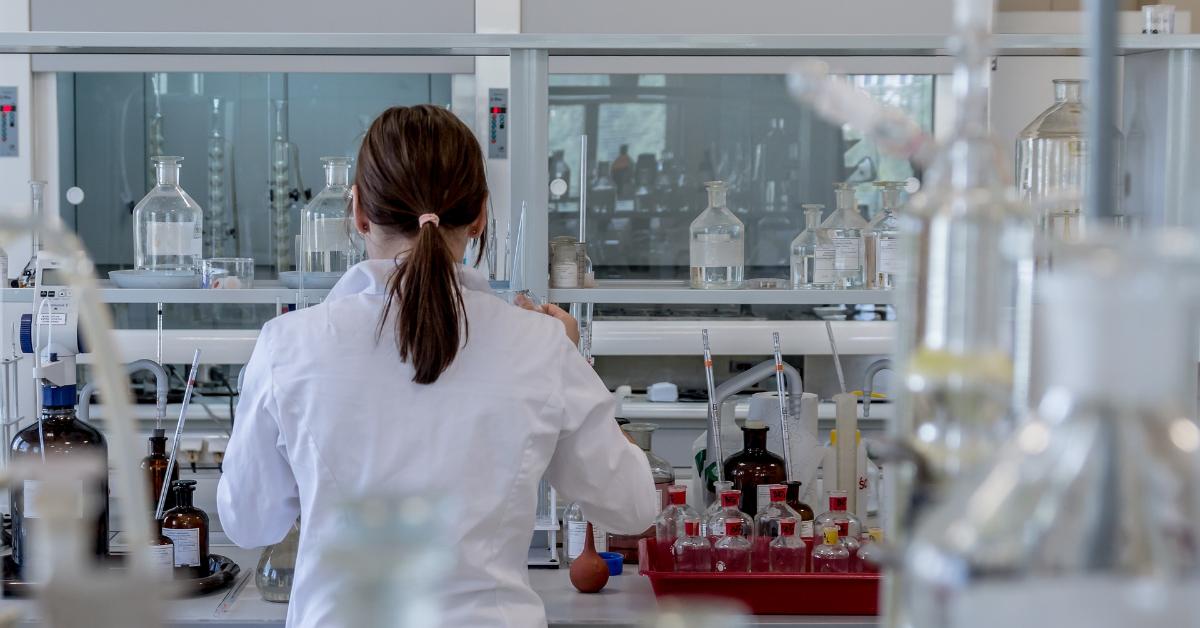 Chercheuse travaillant dans un laboratoire.