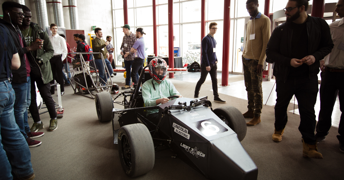 Un étudiant dans un prototype d'automobile