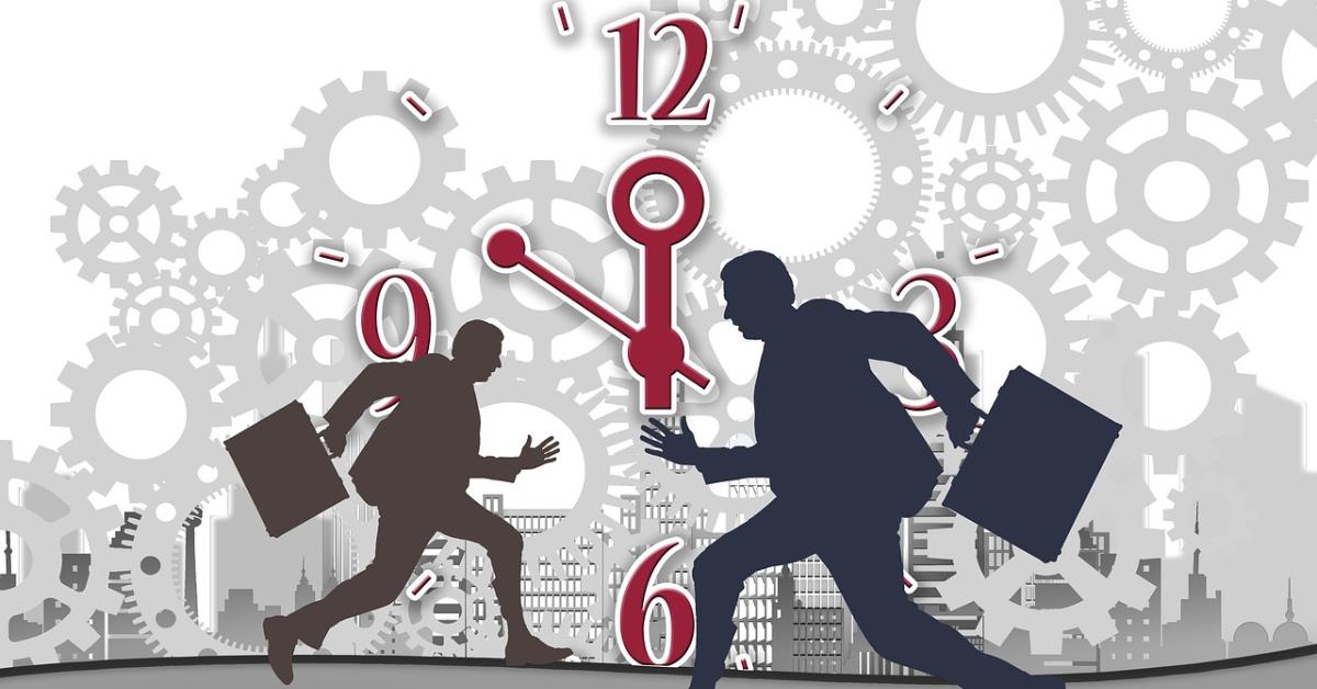 Deux travailleurs qui courent avec une horloge derrière eux