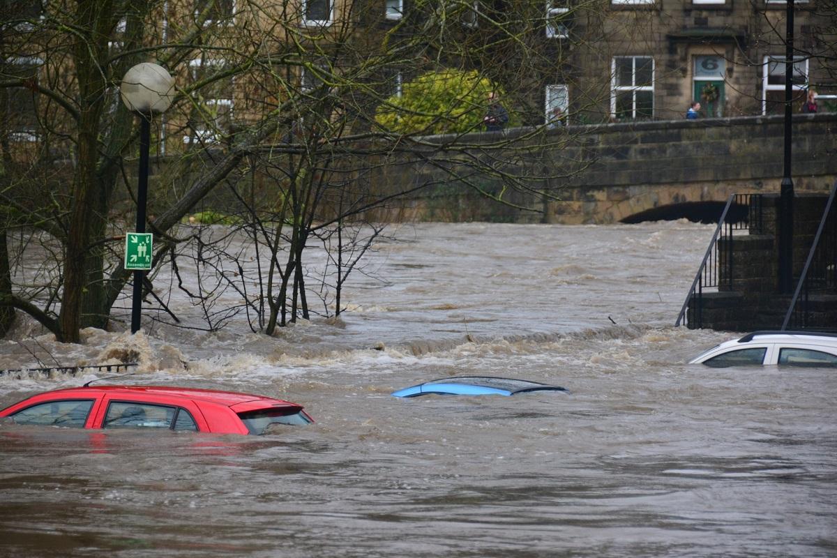 Voitures submergées par l'eau lors des inondations
