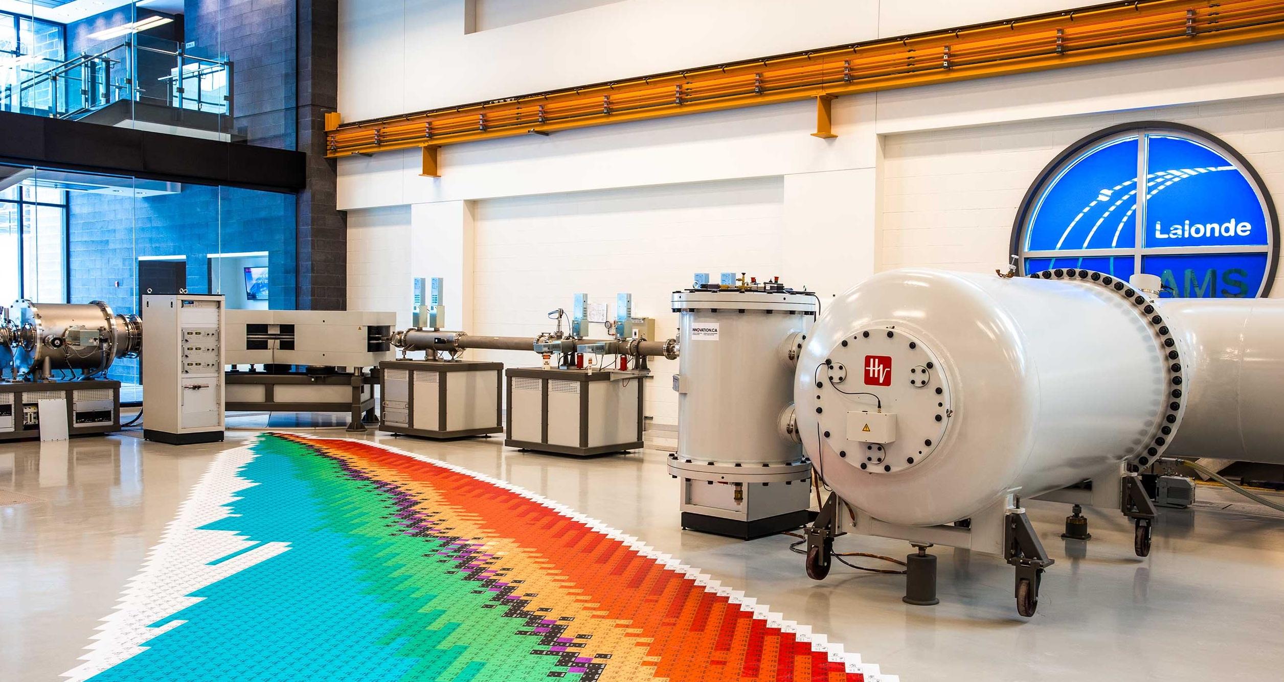 Photo d'un spectromètre de masse par accélérateur, une pièce d'équipement scientifique de haute technologie