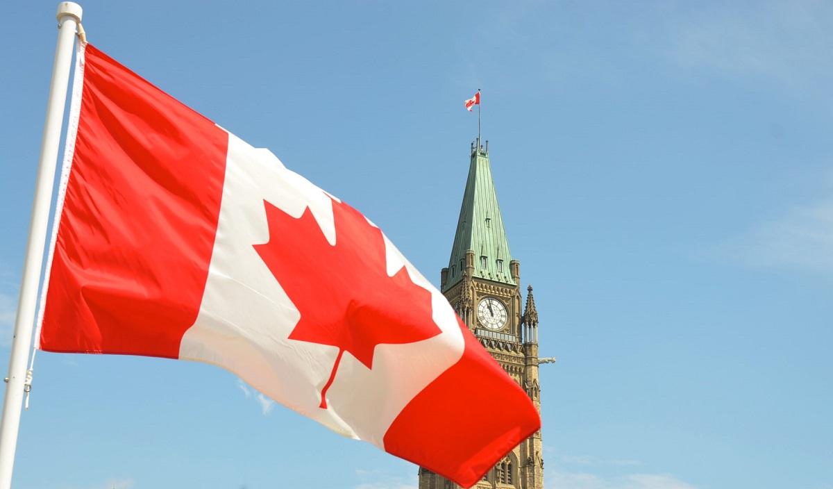 Drapeau canadien en avant du parlement