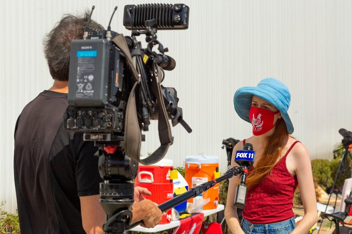 Un cameraman de Fox News interviewant une femme masquée