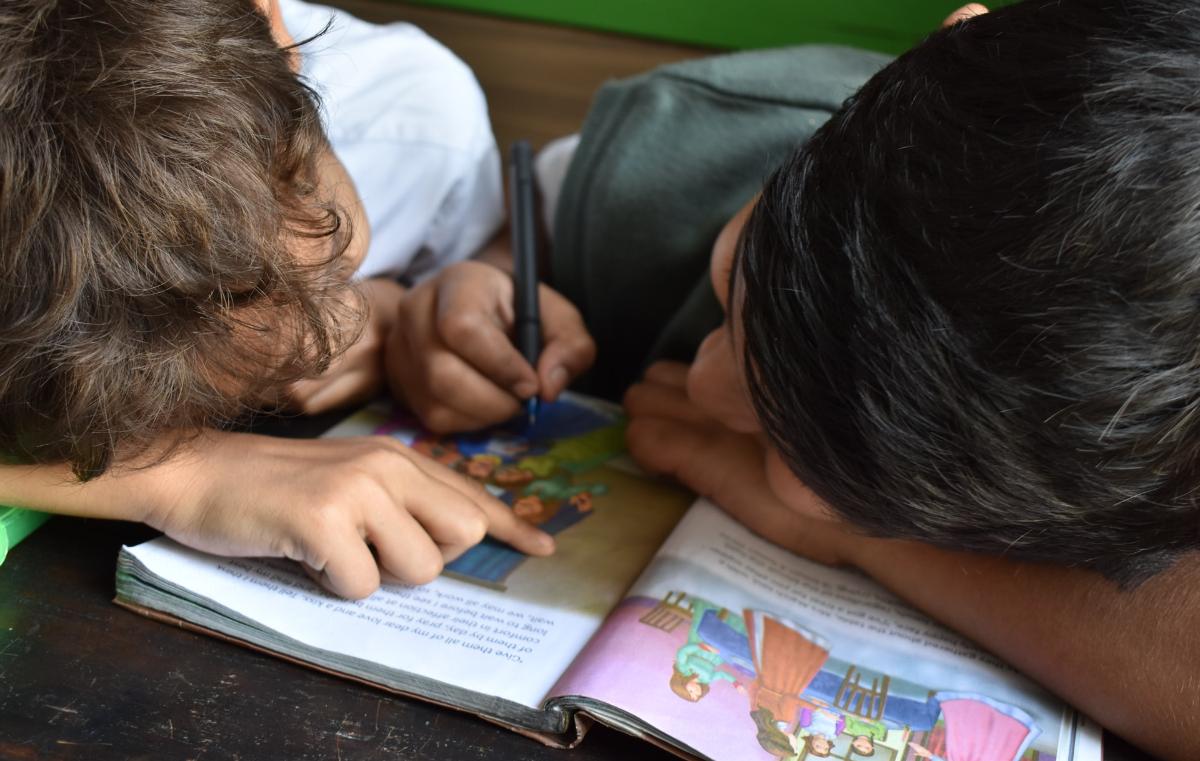 Deux enfants qui lisent un livre