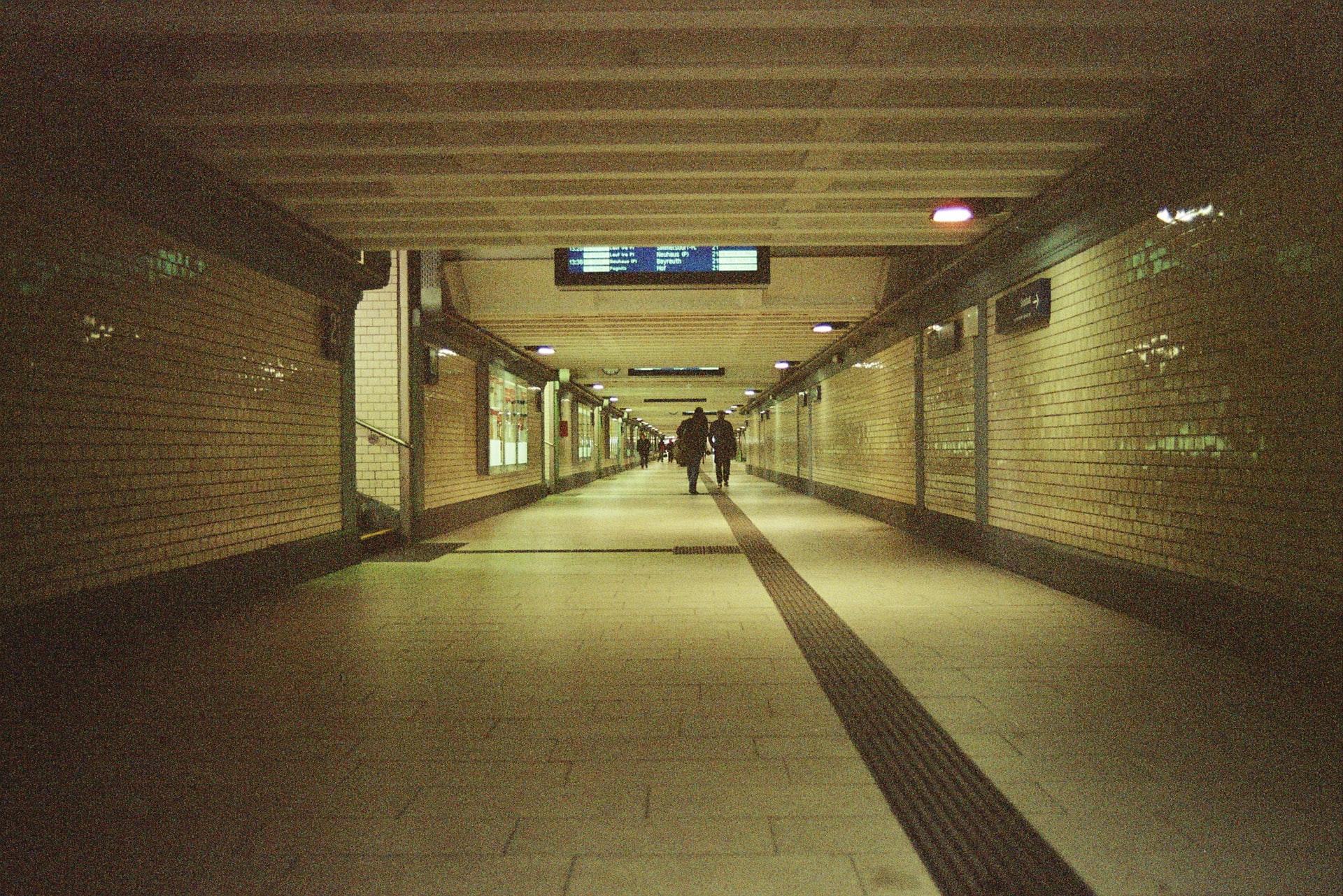 Quai de gare vide la nuit