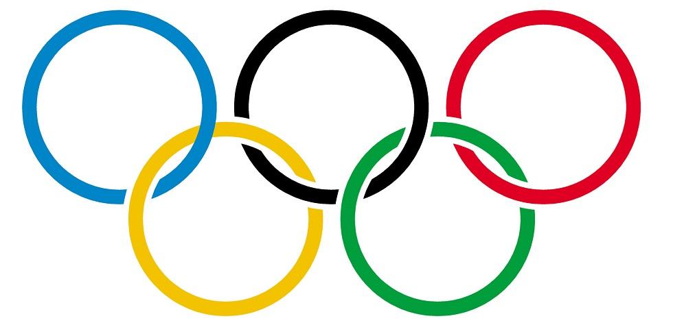 Anneaux des jeux olympiques sur un arrière-plan blanc.