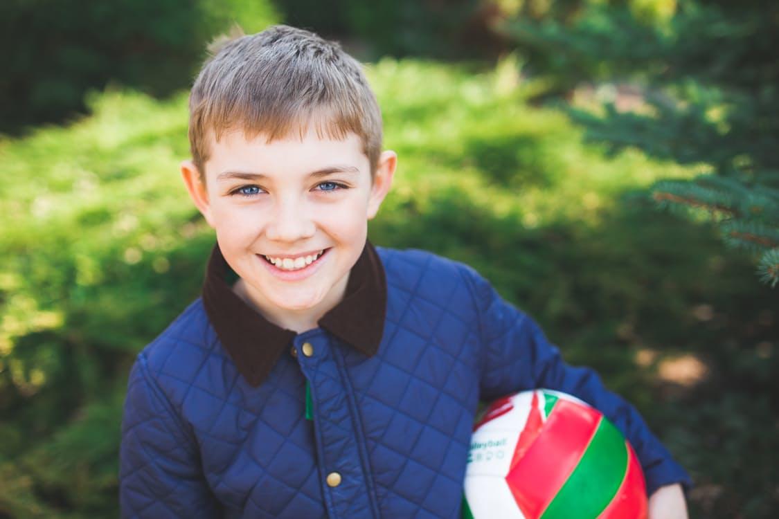 Young boy with ball / Jeune garçon tenant un ballon