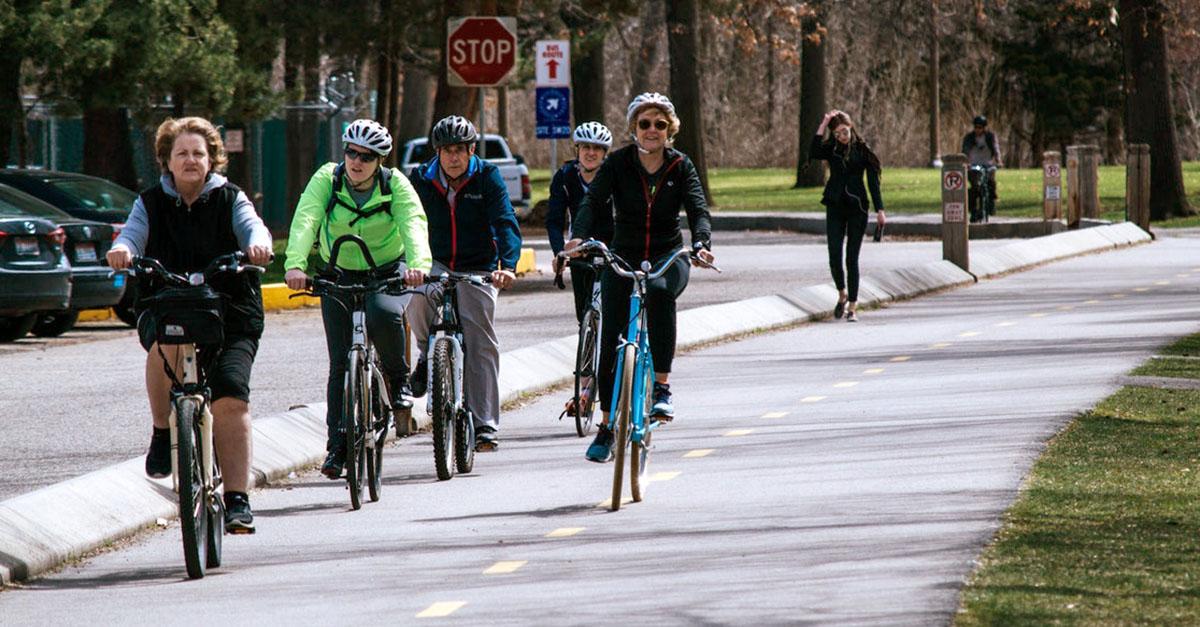 Des adultes se déplacent à vélo