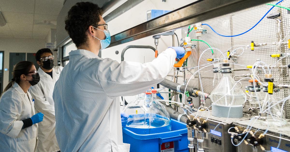 Sepideh Sharif, Aliakbar Mohammadzadeh et Volodymyr Semeniuchenko surveillent un cycle de production de la molécule de liaison