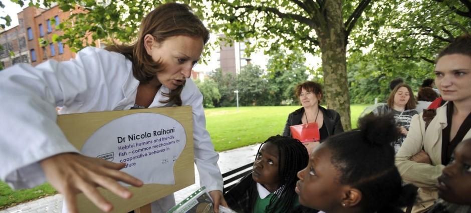 Une femme scientifique fait part d'une expérience à des enfants