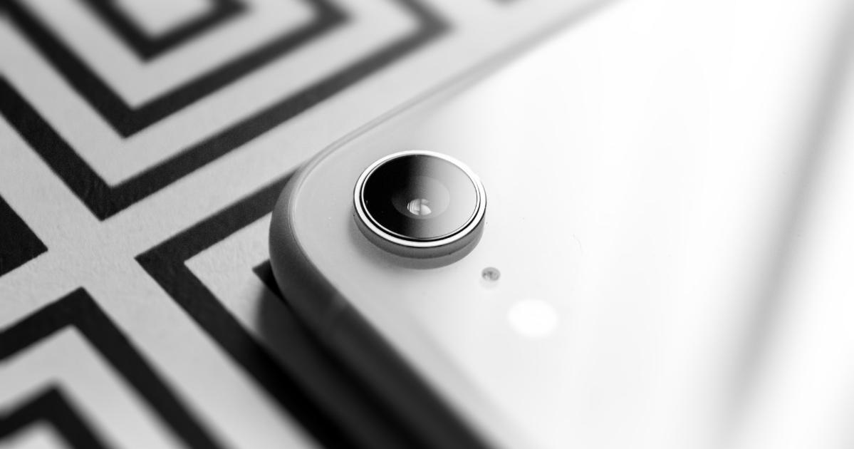 Un téléphone intelligent, avec l'accent sur la caméra au dos
