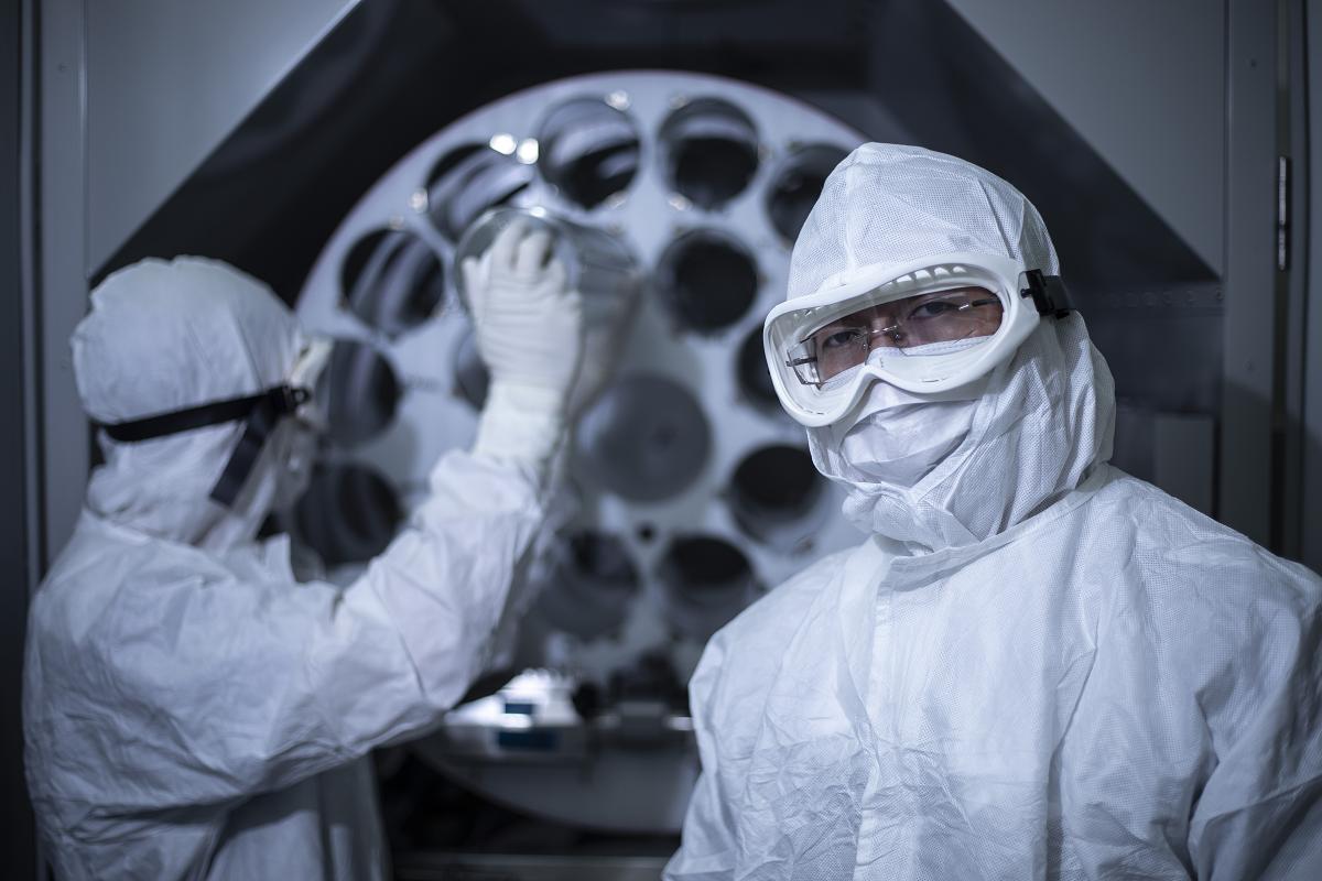 Des travailleurs de laboratoire pleinement protégés