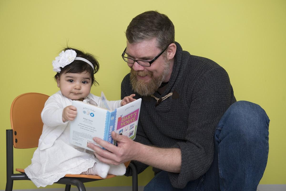 Christopher Fennell, collaborateur de l'étude, fait la lecture à une petite fille