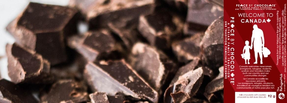 Des morceaux de chocolats noir et le logo de la